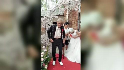 老爷爷86岁,老奶奶90岁,儿女特地回老家给老人补办婚礼