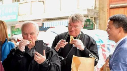 美国男子来中国旅游时,在街边买了两块烧饼,付钱时直接蒙了