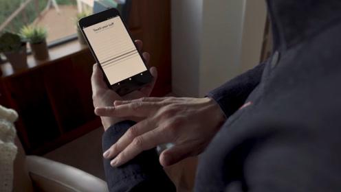 老外发明智能夹克,抚摸衣袖便能控制手机,网友:也太方便了吧