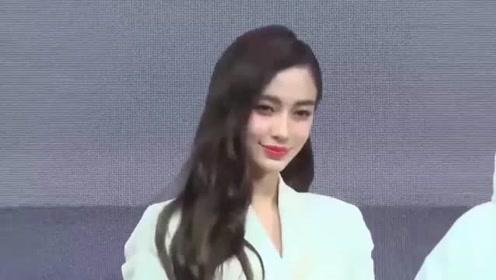 杨颖在日本出道时的旧照流出,与现在判若两人,造型娇俏又大方