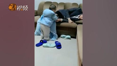 暖化了!一岁宝宝看见爸爸沙发上睡着 抱着小被子给爸爸盖好