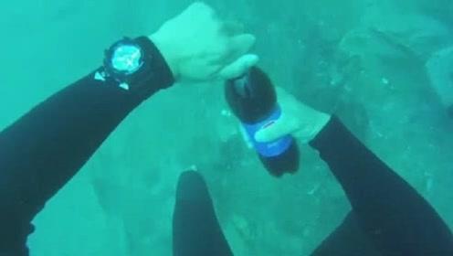 水下12米打开可乐,会是什么场景,结果和你想的不一样!
