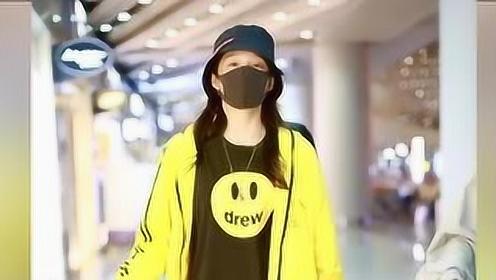 关晓彤打扮男友风装束 穿笑脸T恤挥手比耶超可爱