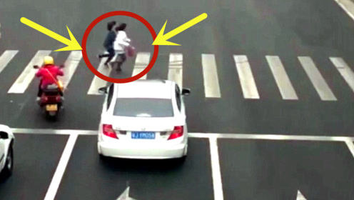 两女孩路口玩命狂奔,突然一辆汽车冲出,监控记录惨烈一幕!