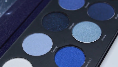 这盘10色眼影,粉质细腻柔滑,涂上后让你的眼神更加深邃迷人