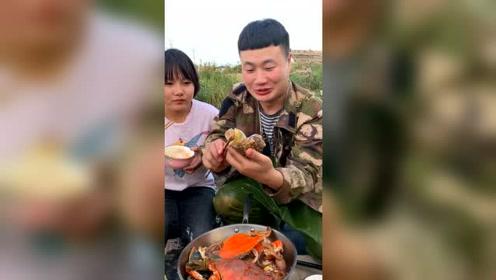 小哥做了一锅海鲜,先给媳妇吃海螺了!还挺疼人的呢