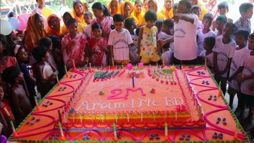 """印度土豪请全村人吃""""巨型蛋糕"""",制作过程简单,小孩吃的很过瘾"""