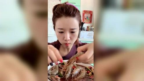 大姐吃份生呛虾,她虽然表情奇奇怪怪的,但是吃东西很利索!