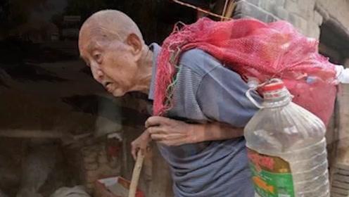 97岁拾荒老人积蓄被偷,警察得知老人身世,领导赶忙探望!