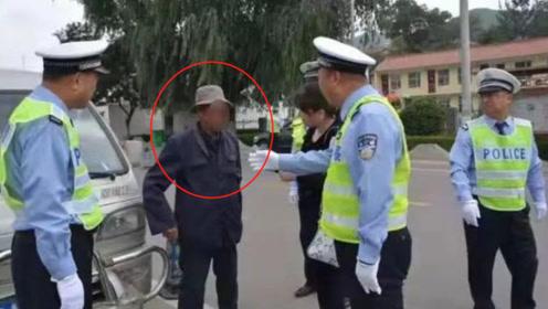 75岁老大爷无证驾驶,挂假牌、开报废车被逮,交警会如何处罚?
