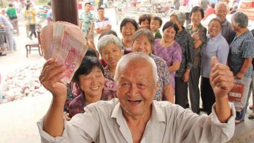 """大喜讯!全国将统一""""补发""""额外养老金,惠及3.8亿退休老人!"""