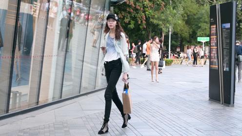 初秋时节喜欢搭配修身裤的姑娘,展现身材,也搭配出自信