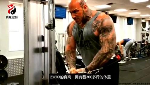 2米高肌肉巨兽每天吃8餐!为增肌生吃牛肉,曾将一辆汽车坐塌!
