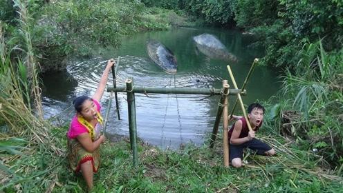 夫妻俩河边捕鱼,这个办法是真不错,只是感觉智商被侮辱了!