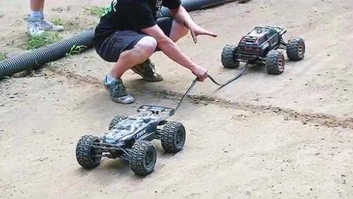 小伙测试玩具车的动力,按下开关的那一刻霸气开始了