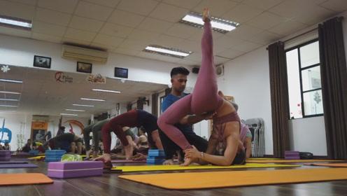 瑜伽高级后弯腰练习,瑜伽房里美女众多,没想到教练是个男的