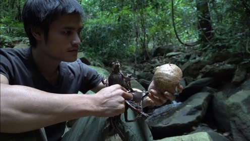 小伙丛林生存,吃的食物也是不敢恭维,网友:太吓人了