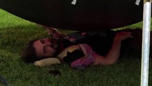 """奇葩老外闲的发慌,躺在巨大""""水气球""""下,气球爆裂瞬间傻眼了!"""