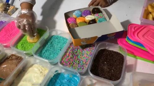 印尼街头爆款小吃:手工甜甜圈!现做现卖蘸上五颜六色巧克力诱人