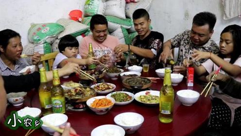 远嫁女回娘家,父母挖空心思招待,7斤土鸡3斤黄鳝,越吃越心酸