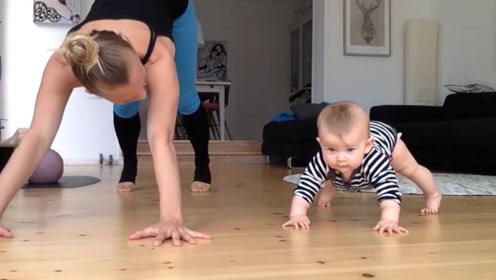 """小宝宝自己发明一套""""体操"""",妈妈一旁模仿小娃,结果差点没累趴"""
