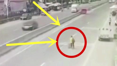 早不过晚不过,偏偏赶在货车驶来过马路,男子太愚蠢!