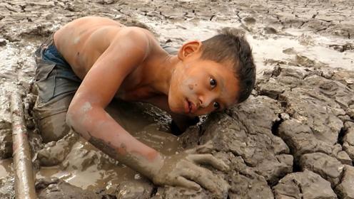 小伙来到干涸的水库上,拨开一块泥土后,竟然发现泥坑里藏有惊喜