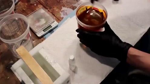 如何用蚊子制作琥珀蛋?老外亲手示范,成品让人惊呆了
