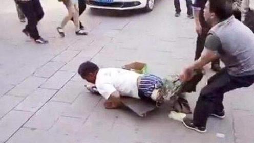 男子当众扒乞丐裤子,路人纷纷谴责,扒下后众人不淡定了