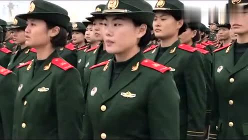 女兵们真帅气,斜着也成一线的队伍,站着笔直的军姿太美了!