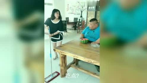 300多斤的胖子吃西瓜,小姐姐拖完地后看后一脸惊讶