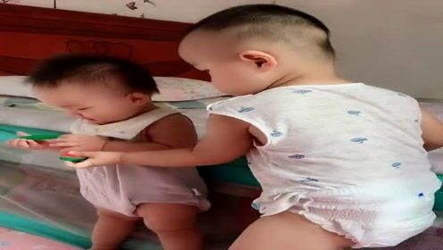 2岁哥哥陪6个月大妹妹玩,这感觉,不当妈永远体会不到!