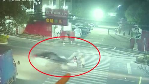 两老人在斑马线上被疾驰小车撞飞 监控拍下惊险一幕