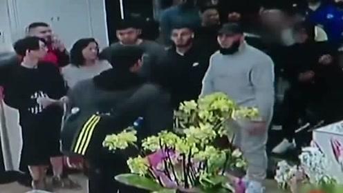 男子插队被拒,恼羞成怒砸柜台,6名行人合力将其制服
