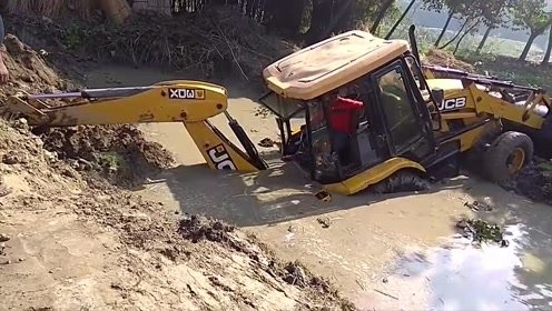 挖掘机深陷泥坑,看看最后如何惊险脱困的