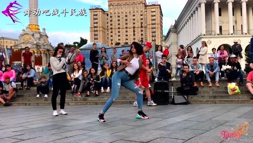 """乌克兰女孩街头表演最强""""身体控制"""",小伙都忍不住吹口哨"""