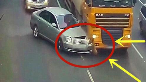 太惨了!作死轿车高速路上插队,下一秒保险杠都撞碎了!