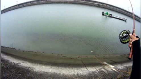 前打钓鱼,出海口来个双尾,水快排完了