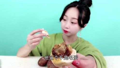 """妹子试吃""""烤鸭蛋"""",鸭蛋也能烤?吃一口实在太咸了!"""