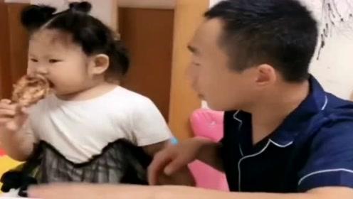 女儿怕爸爸偷吃她的鸡腿,只能这样防着,太难了