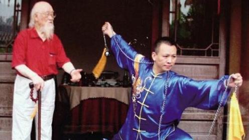外国一保镖看不起中国功夫,认为是花拳绣腿,结果却被54岁老头打趴