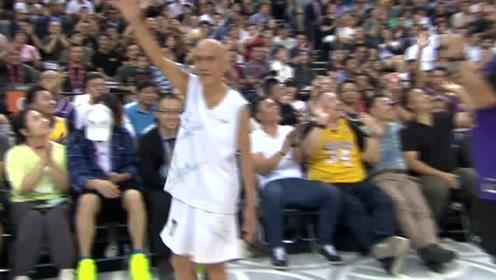 王大爷在现场投篮环节中展现自己的篮球实力!