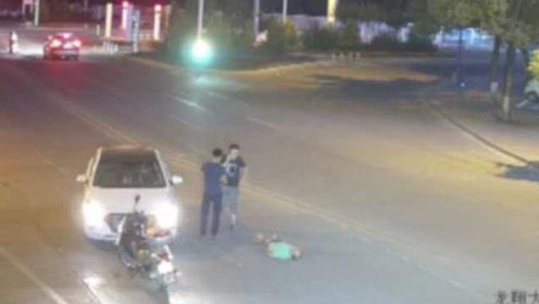 惊险一幕!老人伫立路中间被车撞飞,司机:有远光灯看不清