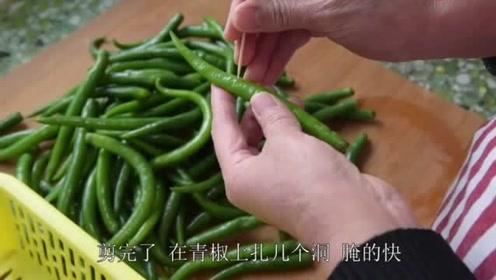 老妈展示美味的辣椒与黄瓜腌制方法,很香很入味停不下筷子,太馋
