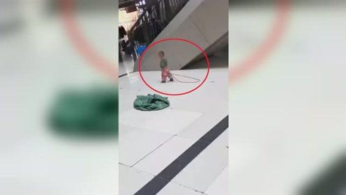 云南昆明一幼童被人用长绳系电梯扶手 引网友热议