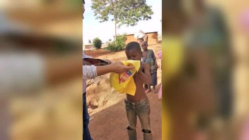 小朋友独自蹲在路边,其他小孩嫌弃他穿的衣服太烂,不让他一起玩!