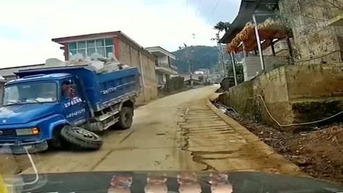大货车是个好人,为我让路都把轱辘撞掉了,我觉得有点不好意思了!
