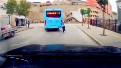 公交车突然后溜撞小车 监控拍下惊险瞬间可听女子哭喊惨叫