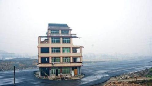 他坚持18年不搬走,开发商只好在周围建178栋同样的房子!