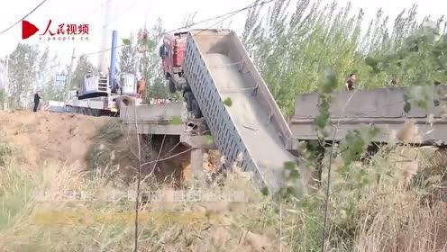 山东一危桥被大货车压塌 车头悬空车尾插入水中
